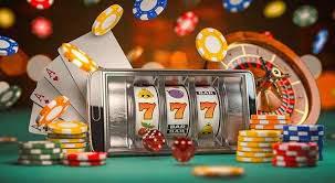 777-spilleautomat, pokerchips og terninger.